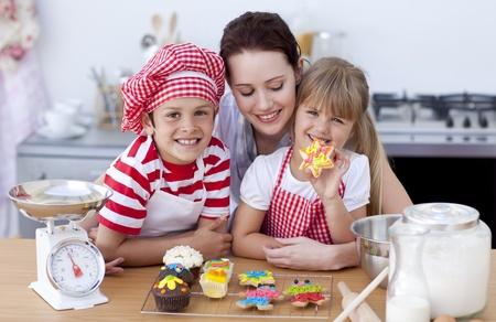 mere cuisine: Souriant de la m�re et les enfants de cuisson dans la cuisine Banque d'images
