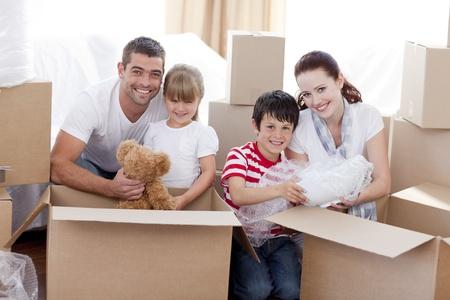 trasloco: Famiglia casa in movimento con le caselle intorno Archivio Fotografico