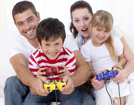 niños jugando videojuegos: Jugar juegos de vídeo en casa de familia Foto de archivo