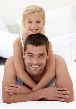pere et fille: P�re et fille jouer dans le lit Banque d'images