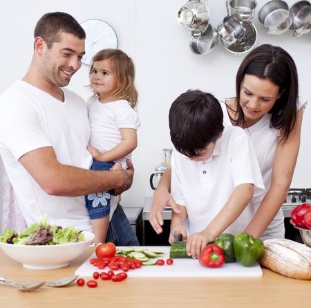 ni�os cocinando: Boy, preparar la comida con su familia