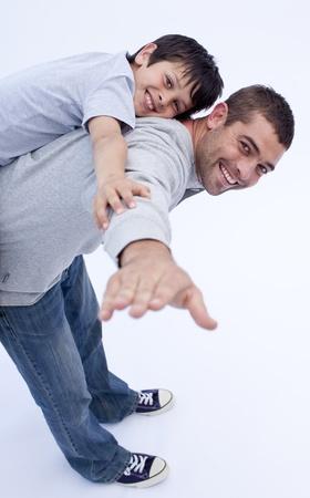 padre e hijo: Sonriente padre e hijo jugando juntos