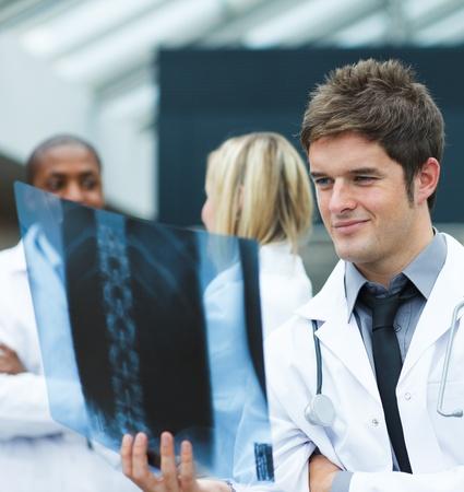 estudiantes medicina: Joven m�dico mirando una radiograf�a Foto de archivo
