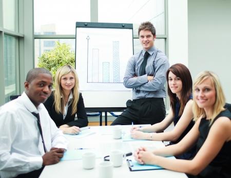 Stilig affärsman i ett möte med sina kolleger Stockfoto