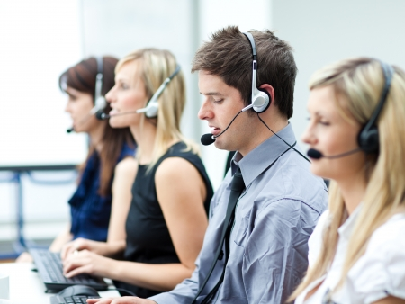 hotline: Aantrekkelijke jonge man werken in een call center Stockfoto