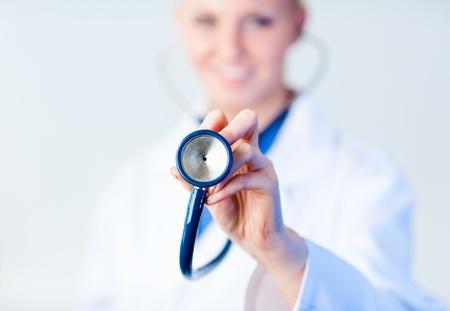 Dottore porgendogli stethescope con focus su un oggetto