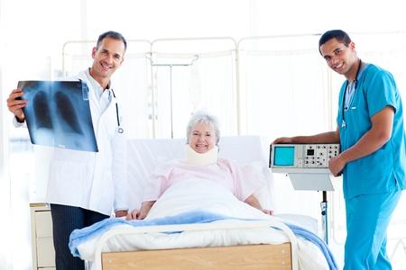 nursing treatment: Paciente mayor que mira una radiograf�a con su m�dico