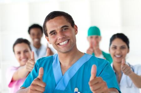 Attraktive Arzt mit Daumen hoch