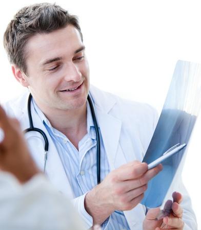 physical exam: Ritratto di un medico affascinante maschio che mostra i risultati al suo paziente in ospedale