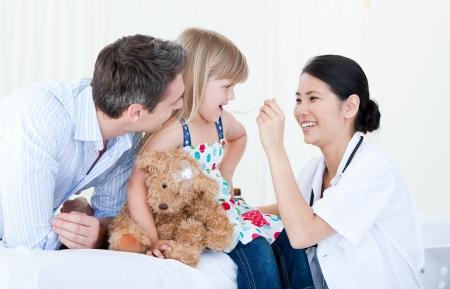 test probe: Professionale dottoressa dare lo sciroppo a una bella ragazza piccola