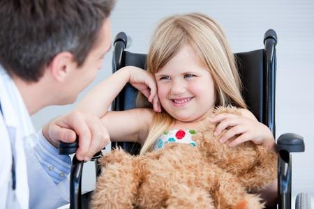 enfants handicap�s: Petite fille, assis sur le fauteuil roulant en riant Banque d'images