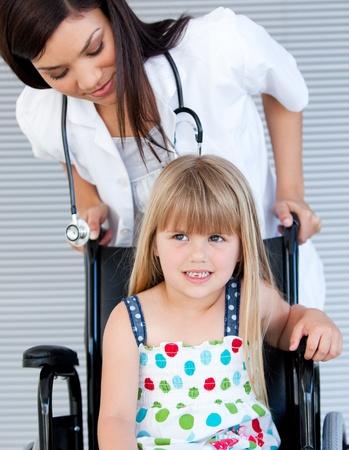 L�chelnd Nettes M�dchen, das am Rollstuhl Lizenzfreie Bilder