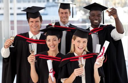 Grupp människor examen från college