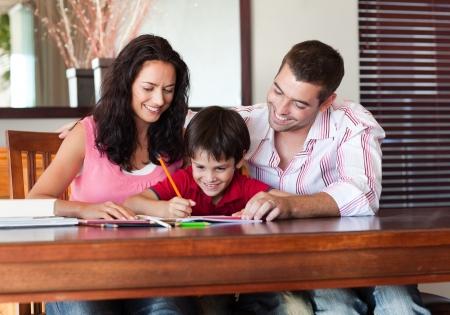 hausaufgaben: Sch�ne Eltern helfen, ihren Sohn f�r Hausaufgaben