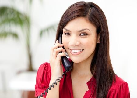 Portret van een zelfverzekerde zakenvrouw praten over de telefoon