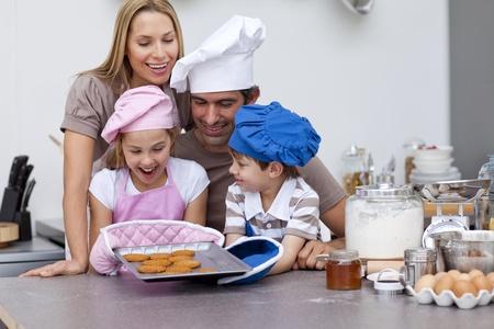 baking cookies: Felice cottura cookie famiglia in cucina
