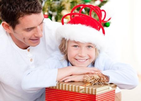 bounty: Apuesto padre celebrando la Navidad con su hijo Foto de archivo
