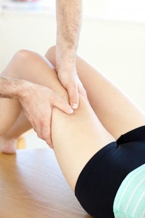 massage jambe: Gros plan sur une femme caucasien recevoir un massage des jambes Banque d'images