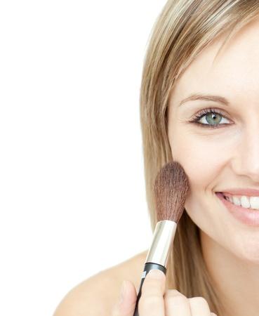 mujer maquillandose: Mujer radiante con un cepillo de polvo