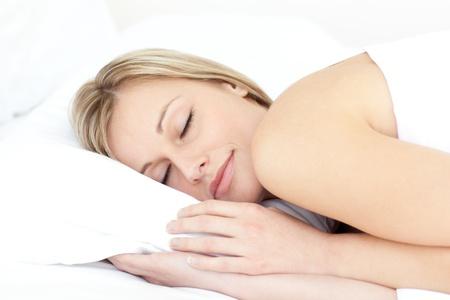 durmiendo: Mujer encantada de dormir en su cama