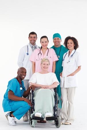 elderly pain: Gruppo di medici con un paziente in sedia a rotelle