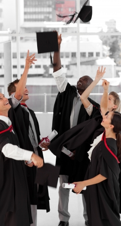 personas festejando: Grupo de personas celebrando su graduaci�n Foto de archivo