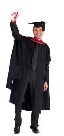 absolwent: Uśmiechnięty przystojny chłopak pokazując dyplom z aparatem