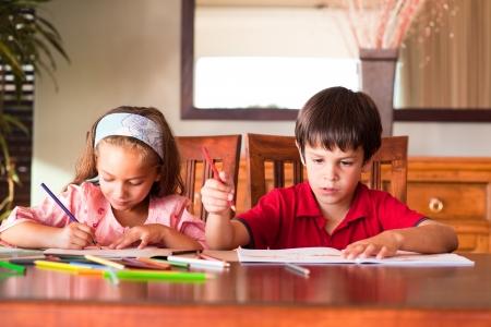 deberes: Ni�os haciendo deberes Foto de archivo