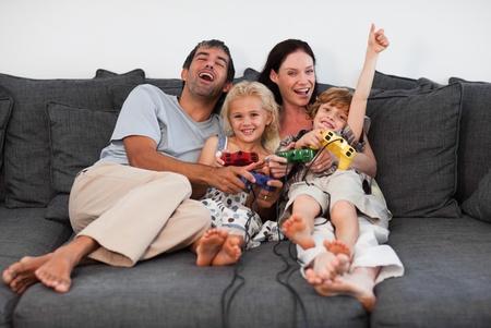 ni�os jugando videojuegos: Familia jugando en la sala de estar
