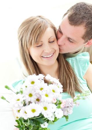 novio: Hombre cariñoso dando un montón de flores a su novia