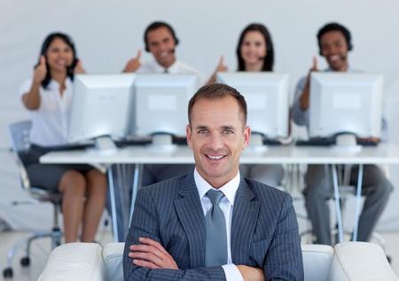 gl�cklicher kunde: Manager im Call-Center mit seinem Team mit Daumen nach oben Lizenzfreie Bilder