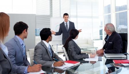 Confident Businessman Vorf�hren einer Pr�sentation f�r sein team Stockfoto