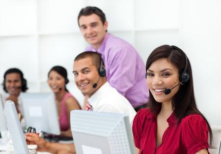 Positive Gesch�ftsleute mit Headset zum Arbeiten  Stockfoto