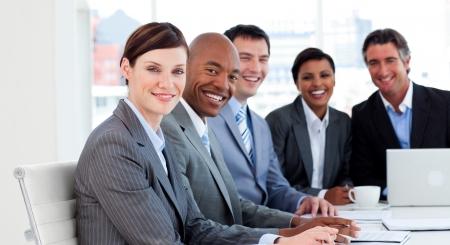 negocios internacionales: Mostrando la diversidad �tnica en una reuni�n de grupo de negocio Foto de archivo