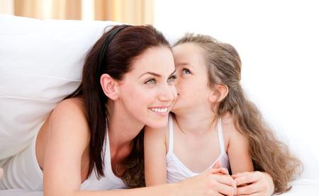 Adorable ni�a besando a su madre Foto de archivo - 10129912