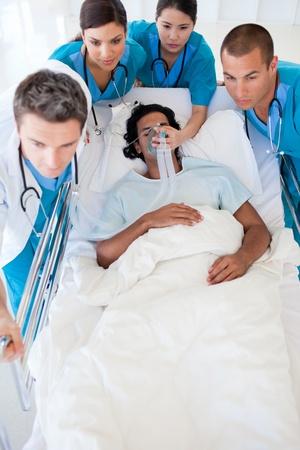 emergencia medica: Equipo de emergencia multi�tnica llevando un paciente