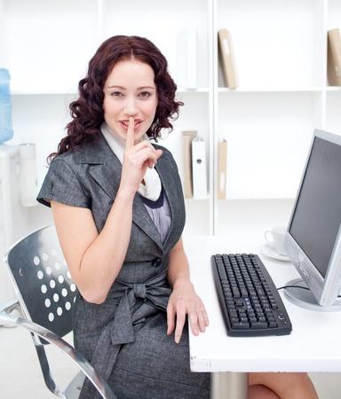 stil zijn: Jonge zakenvrouw veeleisende stilte
