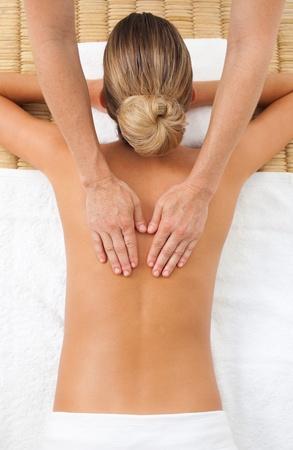 masajes relajacion: Mujer joven con un masaje  Foto de archivo