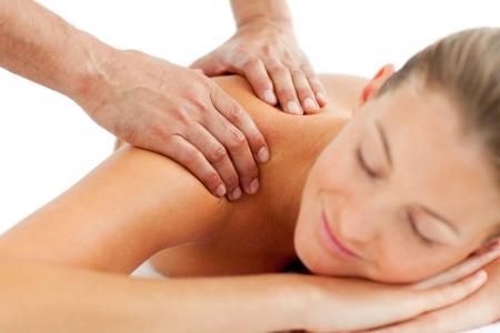 masaje: Mujer serena disfrutando de un masaje