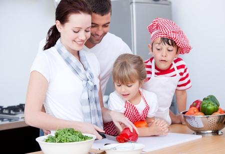 ni�os cocinando: Retrato de una familia de preparar una comida