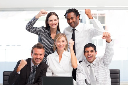 exito: Equipo de negocios felices celebrando un �xito en la Oficina Foto de archivo