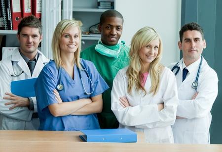 equipe medica: Verticale se un team internazionale medico