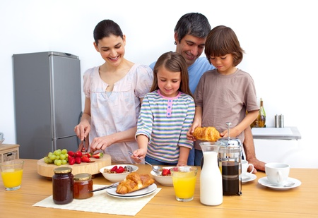 family eating: Alegre familia desayunando un