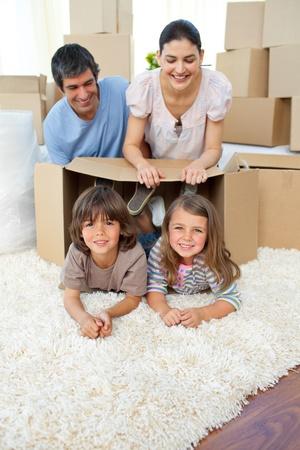 Jolly Familie spielt mit Boxen Standard-Bild