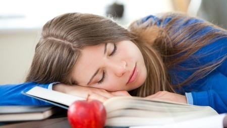 Dormir joven en la sala de