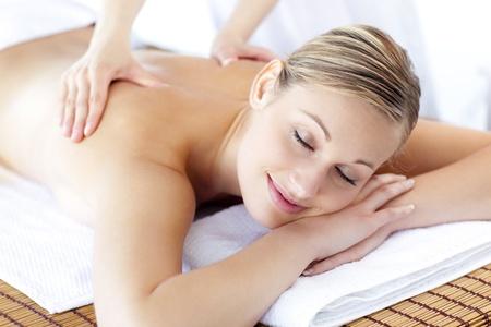 mujeres de espalda: Mujer cauc�sica relajada recibiendo un tratamiento de salud Foto de archivo