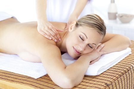 Positive Frau, die eine R�ckenmassage