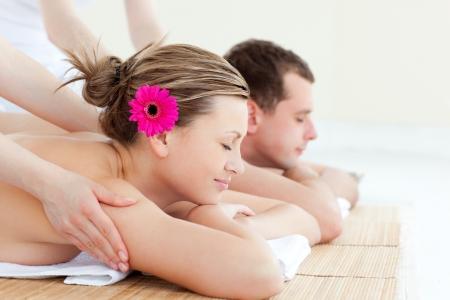 tratamiento capilar: Pareja relajado con un masaje de espalda