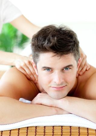 homme massage: Souriant homme caucasien avoir un massage du dos