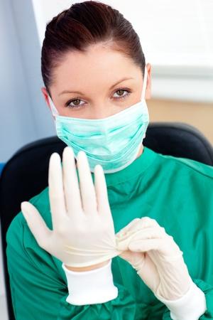 洗練された外科医、病院スクラブとマスクを身に着けています。